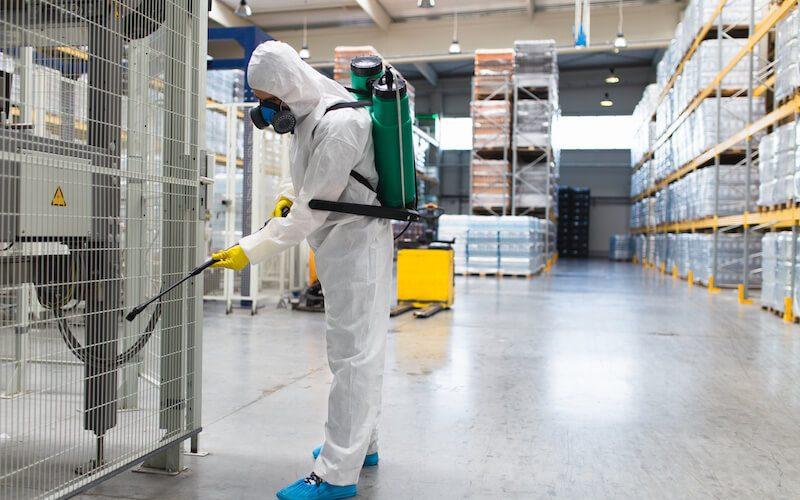 工場内を清掃する作業員